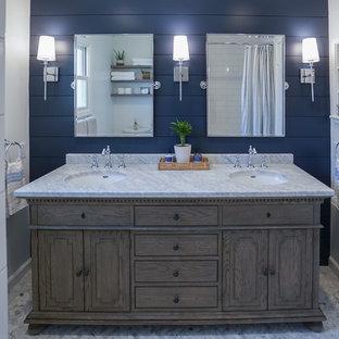 Diseño de cuarto de baño campestre, pequeño, con armarios tipo mueble, puertas de armario de madera oscura, bañera encastrada, sanitario de una pieza, baldosas y/o azulejos blancos, baldosas y/o azulejos de cemento, paredes blancas, suelo con mosaicos de baldosas, lavabo integrado, encimera de mármol, suelo gris y encimeras grises