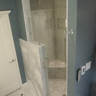 Idee per una piccola stanza da bagno padronale mediterranea con lavabo sottopiano, vasca sottopiano, bidè, pistrelle in bianco e nero, lastra di pietra, pareti blu e pavimento in gres porcellanato