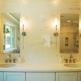 Пример оригинального дизайна: главная ванная комната среднего размера в современном стиле с фасадами в стиле шейкер, белыми фасадами, отдельно стоящей ванной, душем в нише, серой плиткой, белой плиткой, плиткой мозаикой, белыми стенами, мраморным полом, врезной раковиной и столешницей из кварцита
