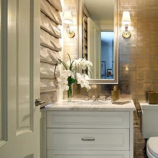 Неиссякаемый источник вдохновения для домашнего уюта: ванная комната среднего размера в викторианском стиле с фасадами островного типа, белыми фасадами, раздельным унитазом, разноцветной плиткой, металлической плиткой, разноцветными стенами, мраморным полом, душевой кабиной, врезной раковиной, мраморной столешницей и белым полом
