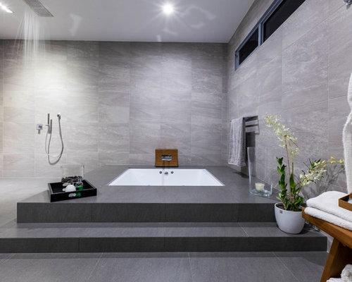 salle de bain avec une baignoire encastr e et un sol en ardoise photos et id es d co de salles. Black Bedroom Furniture Sets. Home Design Ideas