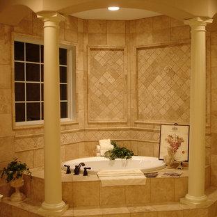Ispirazione per una grande stanza da bagno chic con vasca ad angolo, piastrelle beige, pareti beige, pavimento in travertino, piastrelle in travertino e pavimento beige