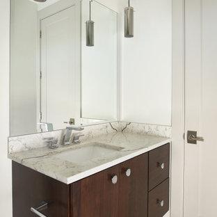 Imagen de cuarto de baño minimalista con armarios con paneles lisos, puertas de armario marrones, paredes blancas, suelo de baldosas de porcelana, encimera de mármol, suelo blanco y encimeras beige