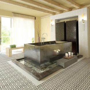 Diseño de cuarto de baño principal, de estilo zen, grande, con bañera japonesa, baldosas y/o azulejos blancos, baldosas y/o azulejos de cemento, paredes amarillas, suelo con mosaicos de baldosas y suelo multicolor