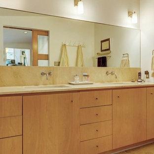 Ispirazione per una piccola stanza da bagno padronale minimalista con ante lisce, ante in legno chiaro, doccia aperta, WC monopezzo, piastrelle beige, piastrelle di pietra calcarea, pareti bianche, pavimento in pietra calcarea, lavabo sottopiano, top in pietra calcarea e pavimento beige