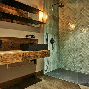 Стильный дизайн: детская ванная комната среднего размера в современном стиле с открытым душем, унитазом-моноблоком, полом из фанеры, накладной раковиной и столешницей из дерева - последний тренд