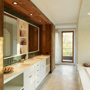 Foto di una stanza da bagno padronale etnica con ante lisce, ante bianche, vasca da incasso, pareti beige, lavabo sottopiano e pavimento beige