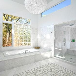 Cette photo montre une douche en alcôve tendance avec une baignoire posée, un carrelage blanc et du carrelage en marbre.