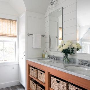 Diseño de cuarto de baño principal, marinero, de tamaño medio, con paredes blancas, encimera de mármol, encimeras grises, armarios abiertos, puertas de armario de madera oscura, lavabo bajoencimera y suelo gris