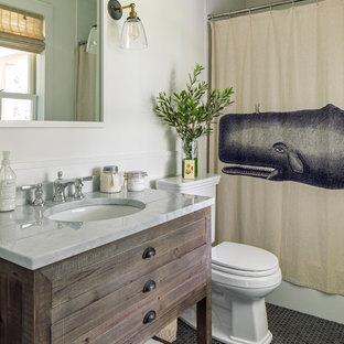 Imagen de cuarto de baño con ducha, marinero, pequeño, con bañera empotrada, combinación de ducha y bañera, baldosas y/o azulejos blancos, paredes blancas, encimera de mármol, ducha con cortina, encimeras blancas, armarios tipo mueble, puertas de armario de madera en tonos medios, suelo con mosaicos de baldosas, lavabo bajoencimera y suelo gris