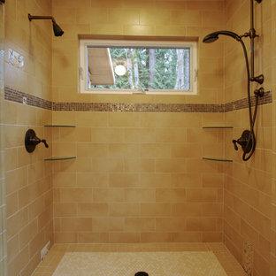 Idéer för amerikanska badrum, med en dubbeldusch, gul kakel och mosaikgolv