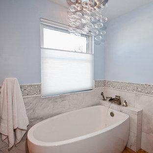Esempio di una stanza da bagno padronale classica di medie dimensioni con lavabo sottopiano, ante con riquadro incassato, ante bianche, top in granito, vasca freestanding, doccia doppia, WC a due pezzi, piastrelle multicolore, piastrelle a mosaico, pareti blu e pavimento in legno massello medio