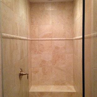 Foto di una stanza da bagno con doccia tradizionale di medie dimensioni con ante con bugna sagomata, ante in legno scuro, doccia alcova, WC a due pezzi, piastrelle beige, piastrelle in ceramica, pavimento con piastrelle in ceramica e top piastrellato