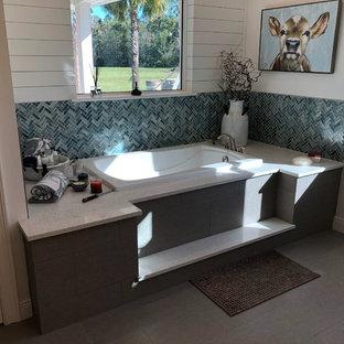 Immagine di una stanza da bagno padronale country di medie dimensioni con vasca da incasso, piastrelle multicolore, piastrelle di vetro, pareti grigie, pavimento con piastrelle in ceramica, top in granito e pavimento grigio
