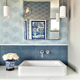Foto på ett orientaliskt vit badrum, med släta luckor, grå skåp, blå kakel, mosaik, blå väggar och ett fristående handfat