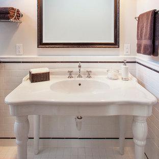 Foto di una stanza da bagno con doccia vittoriana di medie dimensioni con piastrelle bianche, piastrelle in ceramica, pareti bianche, pavimento con piastrelle in ceramica e lavabo sospeso