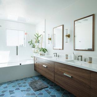 Mittelgroßes Modernes Badezimmer En Suite mit flächenbündigen Schrankfronten, hellbraunen Holzschränken, Eckbadewanne, Duschbadewanne, Toilette mit Aufsatzspülkasten, weißen Fliesen, Mosaikfliesen, weißer Wandfarbe, Keramikboden, Unterbauwaschbecken, Quarzwerkstein-Waschtisch, blauem Boden, Falttür-Duschabtrennung, weißer Waschtischplatte, Duschbank, Doppelwaschbecken und schwebendem Waschtisch in San Francisco