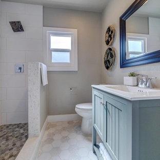 Ispirazione per una stanza da bagno con doccia classica di medie dimensioni con ante a filo, ante verdi, doccia aperta, WC a due pezzi, piastrelle bianche, piastrelle in ceramica, pareti grigie, pavimento con piastrelle in ceramica, lavabo integrato, top in superficie solida, pavimento bianco e doccia aperta