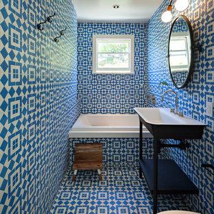 Неиссякаемый источник вдохновения для домашнего уюта: ванная комната в стиле фьюжн с накладной ванной, инсталляцией, синими стенами, подвесной раковиной и синим полом