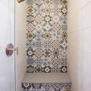 Réalisation d'une salle d'eau sud-ouest américain de taille moyenne avec un placard à porte plane, des portes de placard grises, un sol en carrelage de porcelaine, un plan de toilette en quartz modifié, un sol gris et un plan de toilette blanc.