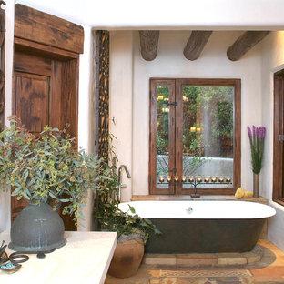 Modelo de cuarto de baño clásico con bañera exenta y baldosas y/o azulejos de terracota
