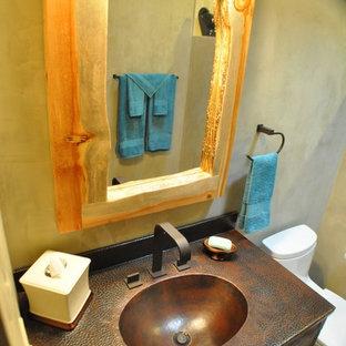 Foto di una stanza da bagno rustica con WC a due pezzi, piastrelle nere, piastrelle blu, piastrelle grigie, piastrelle in pietra, pareti nere, pavimento in cementine e lavabo integrato