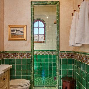 Неиссякаемый источник вдохновения для домашнего уюта: ванная комната в средиземноморском стиле с фасадами с утопленной филенкой, бежевыми фасадами, душем в нише, зеленой плиткой, разноцветной плиткой, бежевыми стенами, душевой кабиной, красным полом и душем с распашными дверями