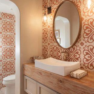 Inredning av ett medelhavsstil mellanstort flerfärgad flerfärgat badrum med dusch, med skåp i shakerstil, skåp i ljust trä, orange kakel, cementkakel, vita väggar, klinkergolv i porslin, ett fristående handfat, träbänkskiva och brunt golv