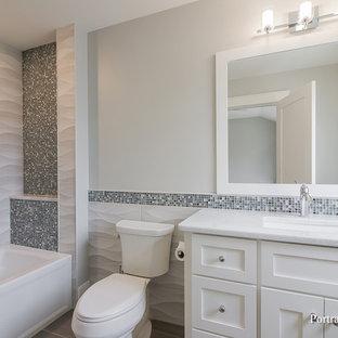 Idée de décoration pour une salle de bain minimaliste de taille moyenne pour enfant avec un placard à porte shaker, un WC à poser, des carreaux de céramique, un mur gris, un sol en carrelage de céramique, un lavabo encastré, un plan de toilette rose, des portes de placard blanches, une baignoire en alcôve, un combiné douche/baignoire, un carrelage blanc, un plan de toilette en quartz modifié, un sol gris et une cabine de douche avec un rideau.