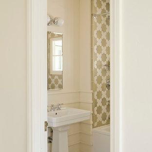 Aménagement d'une salle d'eau méditerranéenne de taille moyenne avec une baignoire en alcôve, des carreaux de céramique, un mur beige, un sol en carrelage de céramique et un plan vasque.
