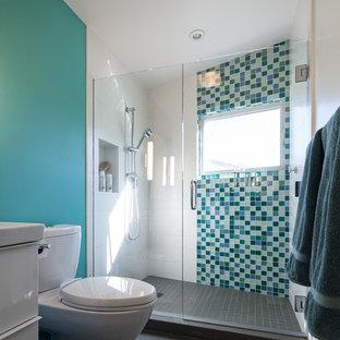 Foto di una stanza da bagno per bambini minimalista di medie dimensioni con piastrelle verdi, pareti verdi, lavabo sottopiano, ante lisce, ante bianche, doccia alcova e piastrelle di vetro