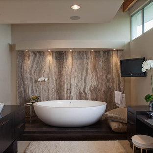 ロサンゼルスのコンテンポラリースタイルのおしゃれな浴室 (置き型浴槽、大理石タイル) の写真