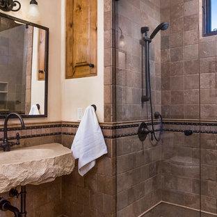 Modelo de cuarto de baño con ducha, de estilo americano, de tamaño medio, con lavabo suspendido, encimera de cemento, ducha a ras de suelo, baldosas y/o azulejos multicolor, baldosas y/o azulejos de cerámica y paredes beige