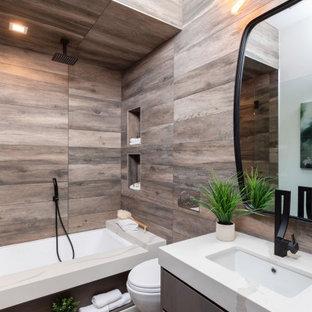 Свежая идея для дизайна: ванная комната в современном стиле с плоскими фасадами, серыми фасадами, ванной в нише, душем над ванной, коричневой плиткой, плиткой под дерево, врезной раковиной, коричневым полом, открытым душем, белой столешницей, тумбой под одну раковину и подвесной тумбой - отличное фото интерьера