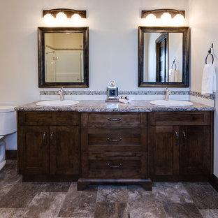 Diseño de cuarto de baño principal, rural, grande, con armarios estilo shaker, puertas de armario de madera en tonos medios, paredes beige, suelo de linóleo, lavabo encastrado, encimera de laminado y encimeras multicolor