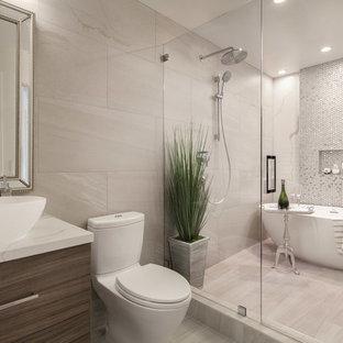 Foto på ett funkis vit en-suite badrum, med släta luckor, skåp i mörkt trä, ett fristående badkar, våtrum, en toalettstol med hel cisternkåpa, beige kakel, flerfärgad kakel, mosaik, beige väggar, ett fristående handfat, beiget golv och dusch med gångjärnsdörr