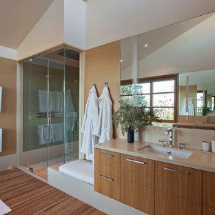 サンフランシスコの大きいコンテンポラリースタイルのおしゃれなマスターバスルーム (アンダーカウンター洗面器、フラットパネル扉のキャビネット、中間色木目調キャビネット、珪岩の洗面台、ダブルシャワー、緑のタイル、ガラスタイル、無垢フローリング) の写真