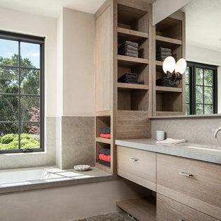 Inspiration för stora medelhavsstil grått en-suite badrum, med beige skåp, ett platsbyggt badkar, en öppen dusch, grön kakel, stenkakel, beige väggar, ljust trägolv, ett nedsänkt handfat, bänkskiva i täljsten, beiget golv och dusch med gångjärnsdörr