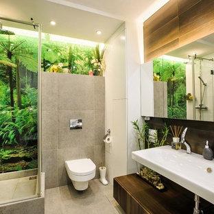Ejemplo de cuarto de baño principal, minimalista, pequeño, con armarios tipo vitrina, puertas de armario blancas, bañera encastrada, ducha esquinera, sanitario de pared, baldosas y/o azulejos grises, paredes blancas y lavabo de seno grande