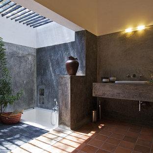 На фото: главная ванная комната в стиле лофт с накладной ванной, открытым душем, разноцветными стенами, полом из терракотовой плитки, накладной раковиной, столешницей из бетона, оранжевым полом и открытым душем