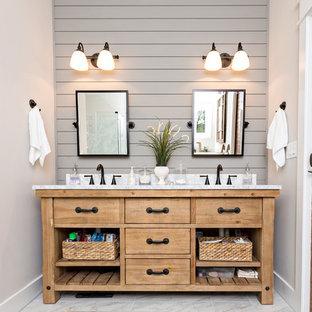 Ejemplo de cuarto de baño campestre con puertas de armario con efecto envejecido, bañera encastrada, ducha empotrada, baldosas y/o azulejos grises, baldosas y/o azulejos de mármol, paredes blancas, suelo de mármol y suelo blanco
