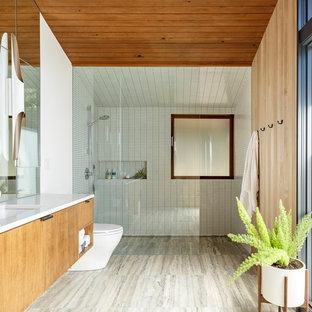 Immagine di una stanza da bagno minimalista con ante lisce, ante in legno scuro, doccia a filo pavimento, piastrelle bianche, piastrelle a mosaico, pareti rosse, lavabo sottopiano, pavimento grigio, doccia aperta e top bianco