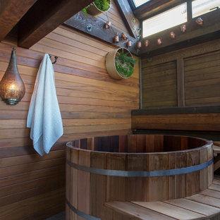 Ispirazione per una stanza da bagno padronale etnica con vasca giapponese, pareti marroni e pavimento grigio