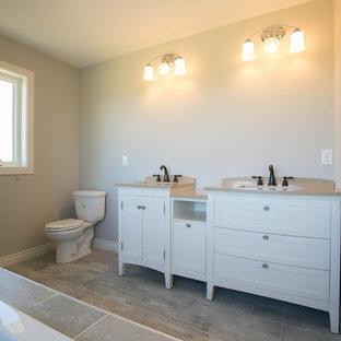 Klassisches Badezimmer mit verzierten Schränken, Whirlpool, offener Dusche, Fliesen aus Glasscheiben und Beton-Waschbecken/Waschtisch in Minneapolis