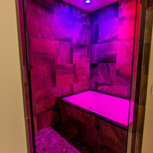 Foto de cuarto de baño principal, actual, grande, con combinación de ducha y bañera, baldosas y/o azulejos marrones, baldosas y/o azulejos de porcelana, suelo de baldosas de porcelana, suelo marrón y ducha con puerta con bisagras
