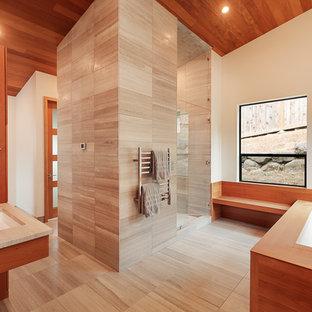 Foto di una stanza da bagno padronale minimal con ante in legno scuro, vasca sottopiano, piastrelle grigie, pareti beige, lavabo sottopiano, pavimento grigio e top beige