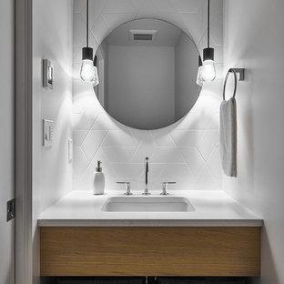 На фото: со средним бюджетом маленькие ванные комнаты в скандинавском стиле с плоскими фасадами, коричневыми фасадами, унитазом-моноблоком, белой плиткой, керамической плиткой, белыми стенами, душевой кабиной, врезной раковиной, столешницей из искусственного кварца и белой столешницей