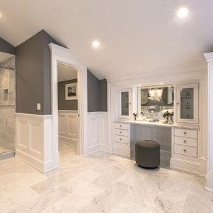 Esempio di una grande stanza da bagno padronale chic con ante lisce, ante bianche, doccia ad angolo, pareti grigie, pavimento in marmo, top in granito, pavimento bianco e porta doccia scorrevole