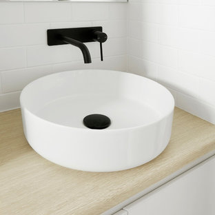 Esempio di una piccola stanza da bagno scandinava con ante a persiana, ante bianche, doccia a filo pavimento, piastrelle bianche, piastrelle diamantate, pavimento con piastrelle in ceramica, top in laminato, pavimento grigio e porta doccia a battente