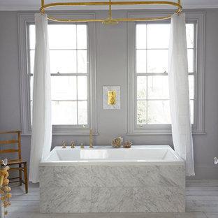 На фото: класса люкс ванные комнаты в скандинавском стиле с накладной ванной, белой плиткой, серыми стенами, душем над ванной и деревянным полом